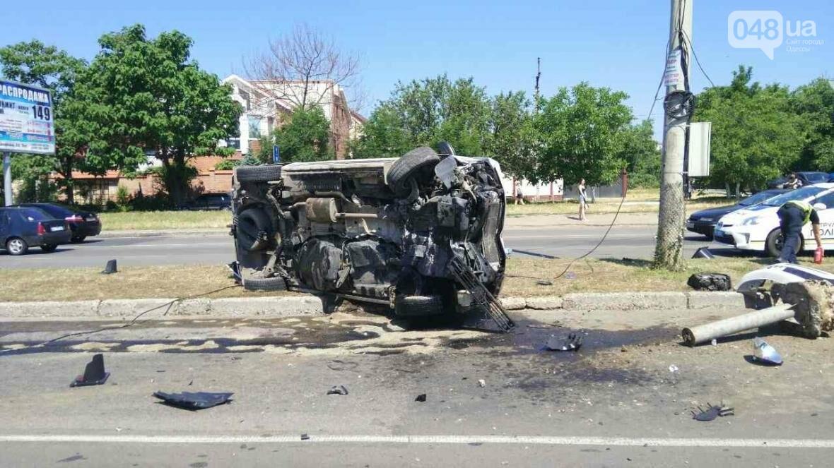 В Одессе от удара разбился и перевернулся микроавтобус: есть жертва (ОБНОВЛЕНО, ФОТО), фото-2