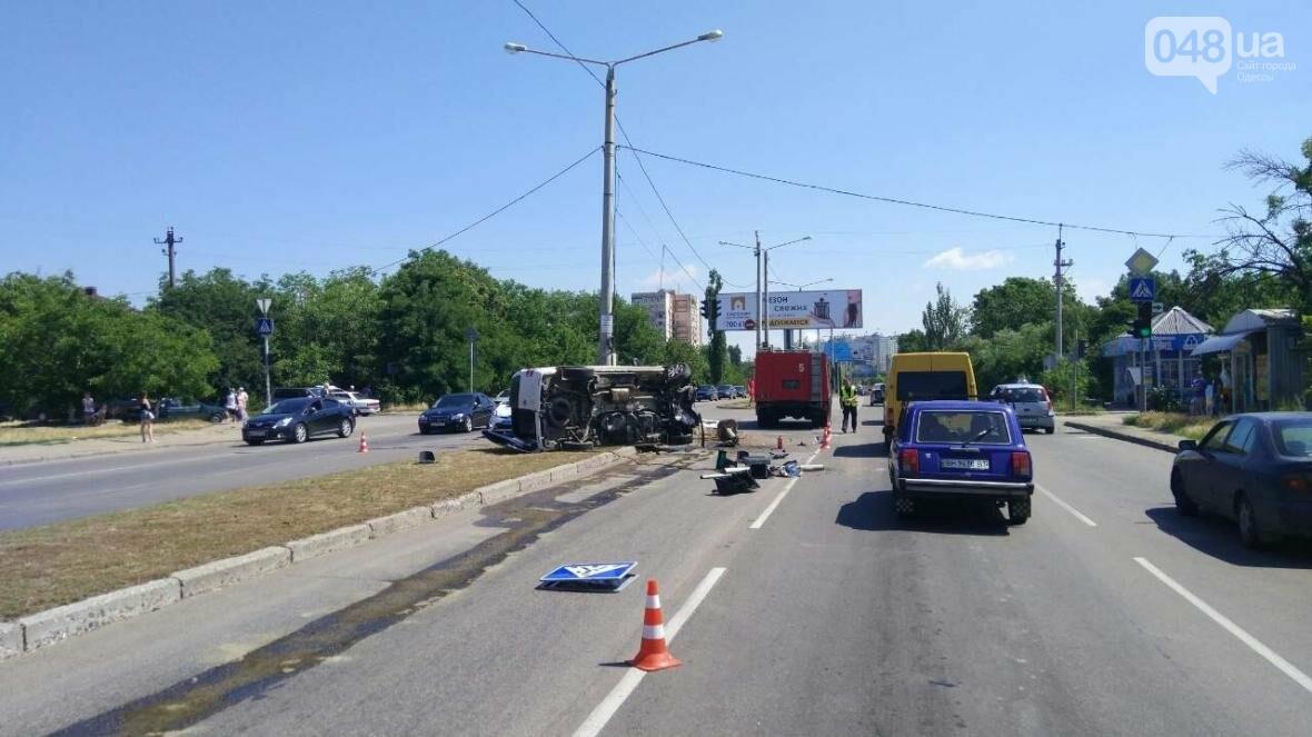 В Одессе от удара разбился и перевернулся микроавтобус: есть жертва (ОБНОВЛЕНО, ФОТО), фото-1