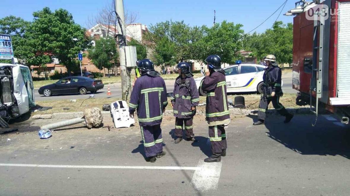 В Одессе от удара разбился и перевернулся микроавтобус: есть жертва (ОБНОВЛЕНО, ФОТО), фото-3