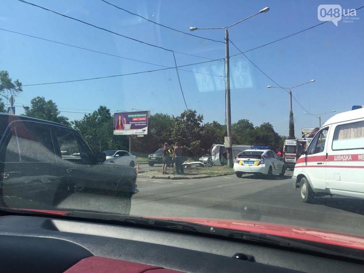 В Одессе от удара разбился и перевернулся микроавтобус: есть жертва (ОБНОВЛЕНО, ФОТО), фото-4