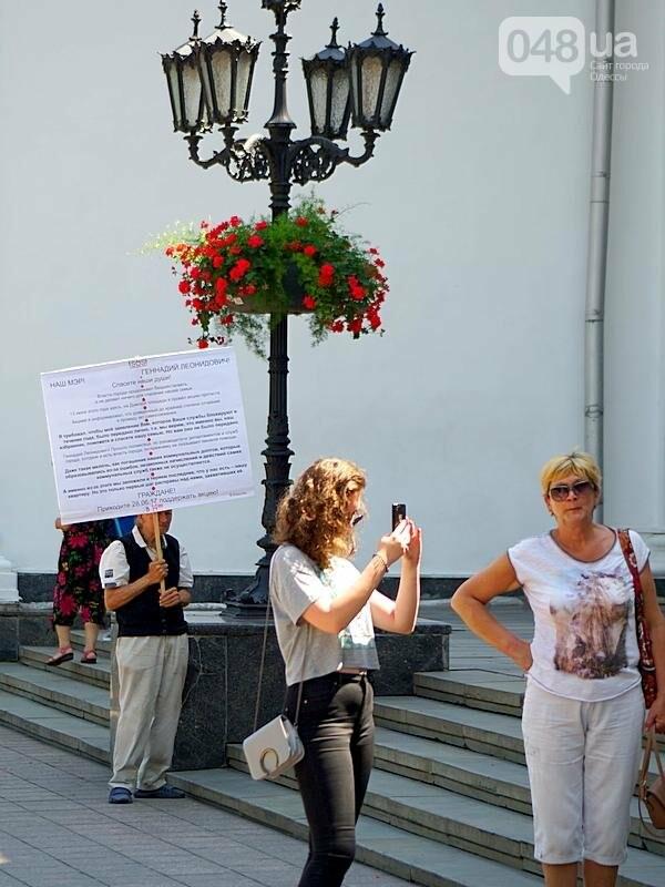 В Одессе под кабинетом Труханова пенсионер угрожает сжечь себя (ВИДЕО, ФОТО), фото-2