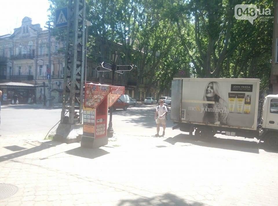 В обход под машины: Пешеходный переход в центре Одессы перегородил автохам (ФОТО), фото-1