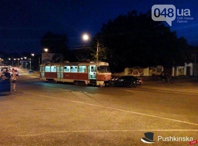 В Одессе водитель попытался проскочить трамвай и устроил ДТП (ФОТО), фото-1