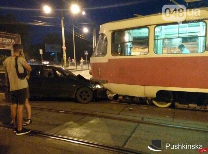 В Одессе водитель попытался проскочить трамвай и устроил ДТП (ФОТО), фото-4