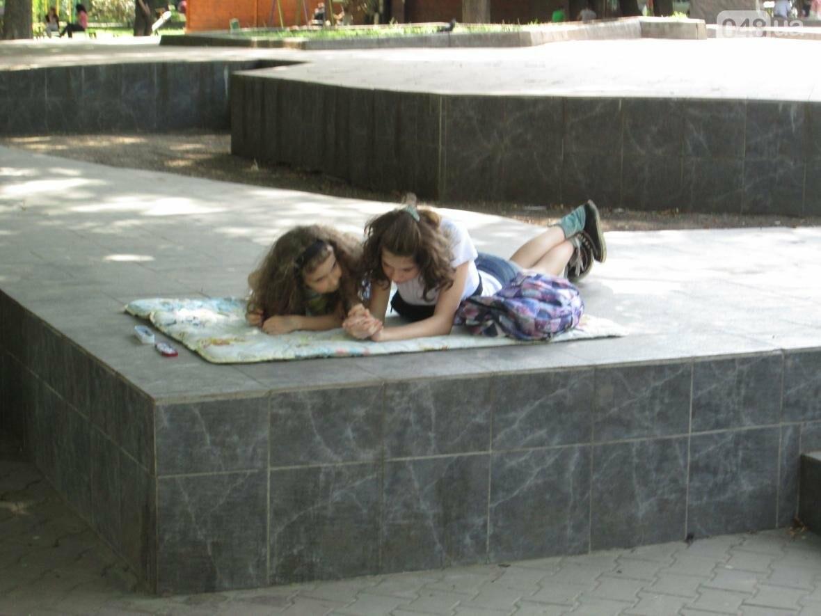 Такой маленький, грязный, но такой родной: Одесский сквер заиграл летними красками (ФОТОРЕПОРТАЖ), фото-10