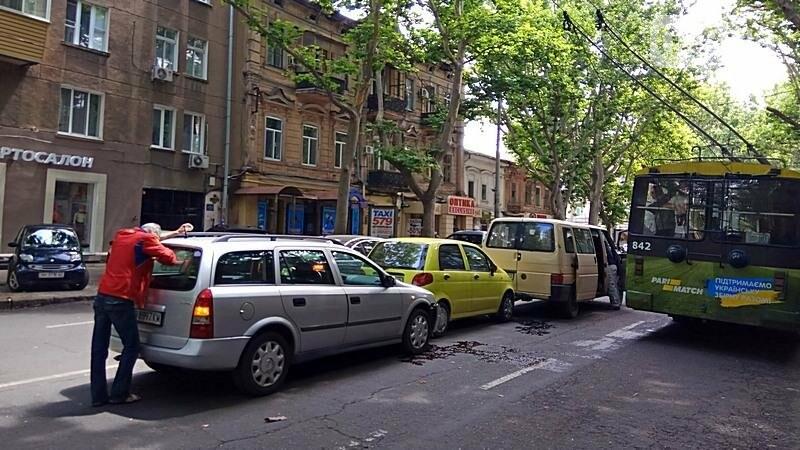 На центральной улице Одессы столкнулись три автомобиля (ФОТО), фото-1