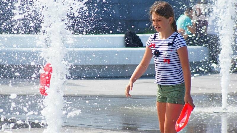 Фонтаны спасли от жары маленьких одесситов: фоторепортаж (ФОТО), фото-1