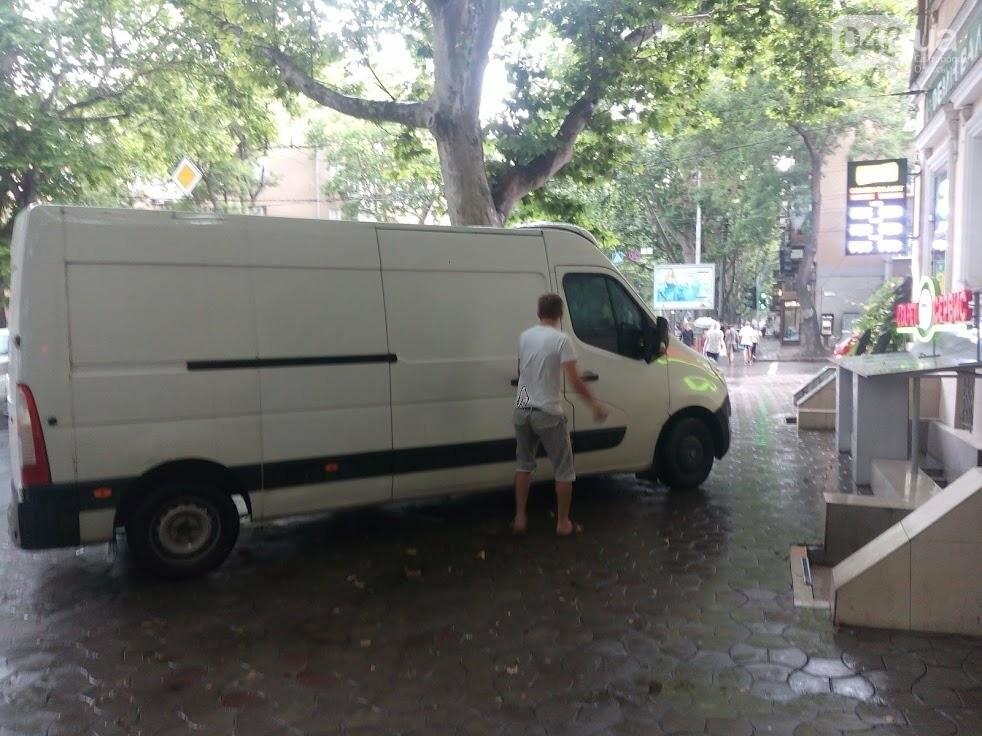 Одессит устроил «подставу» для людей, бегущих от дождя (ФОТОФАКТ), фото-1