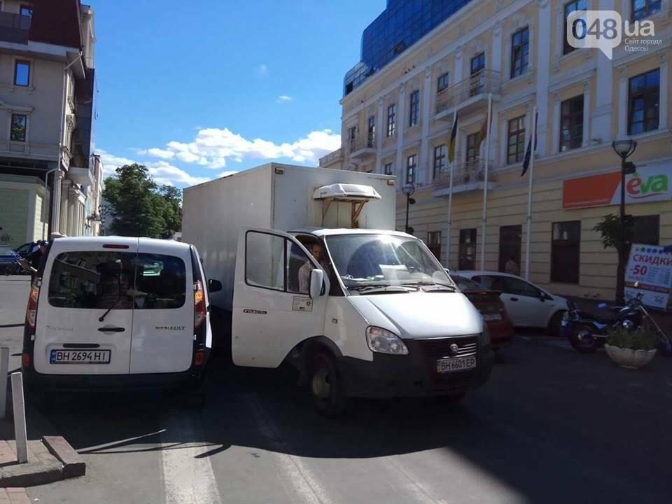 В Одессе на Греческой площади грузовик и минивен не смогли разминуться (ФОТО), фото-1