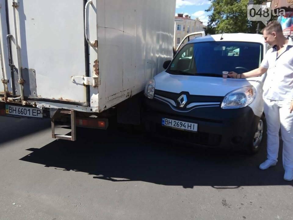 В Одессе на Греческой площади грузовик и минивен не смогли разминуться (ФОТО), фото-3