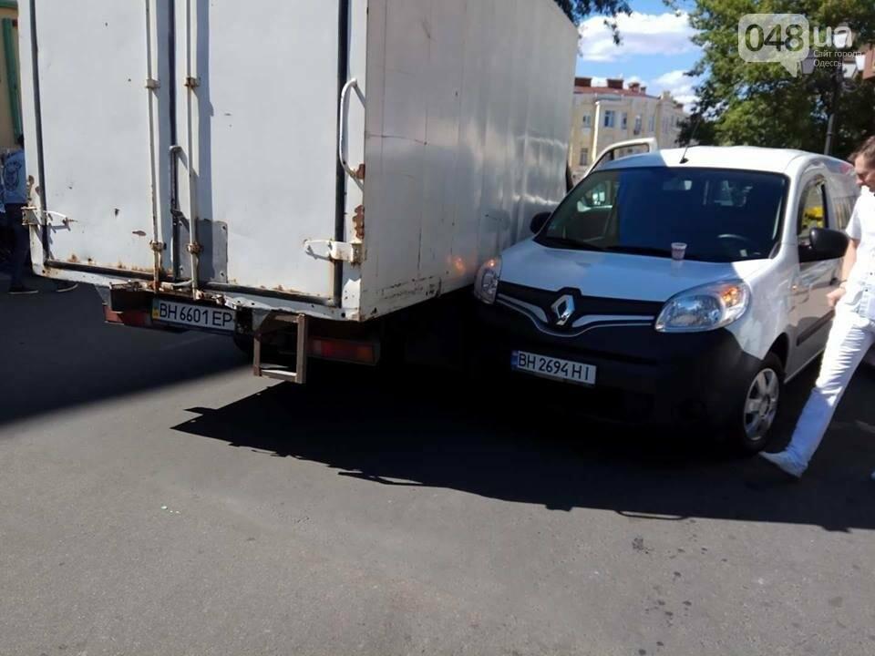 В Одессе на Греческой площади грузовик и минивен не смогли разминуться (ФОТО), фото-4