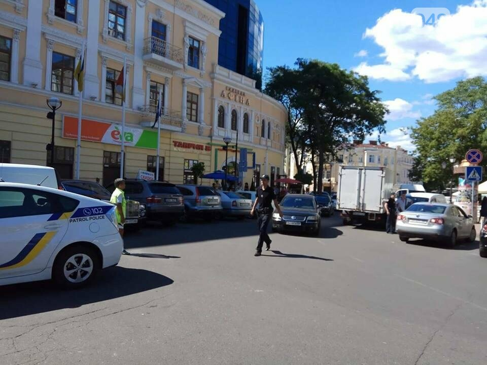 В Одессе на Греческой площади грузовик и минивен не смогли разминуться (ФОТО), фото-5