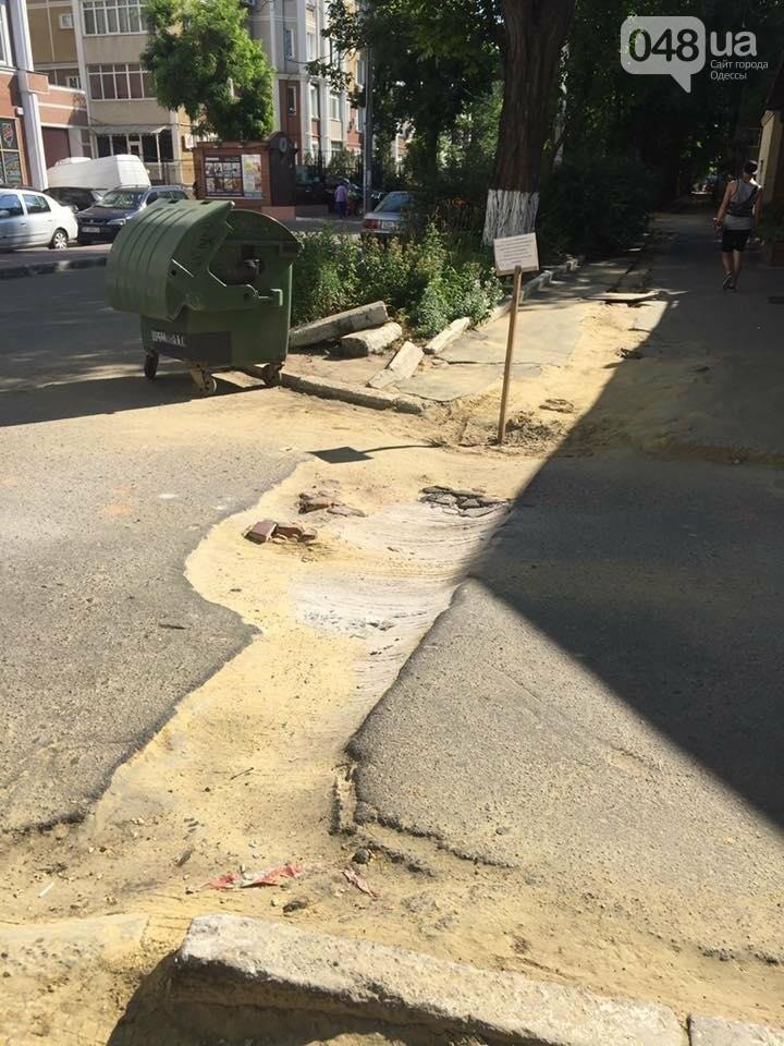 Одесситы устраивают инсталляции, чтобы заставить коммунальщиков заасфальтировать дорогу (ФОТО), фото-1