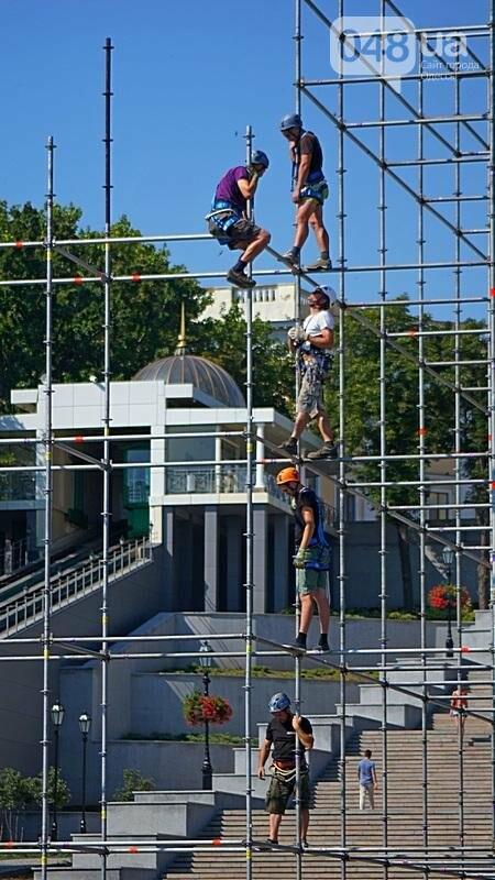 На Потемкинской лестнице строят сцену для киноконцерта (ФОТО), фото-6