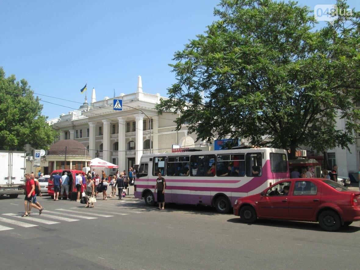 В Одессе расположена уникальная «зебра» со встроенной остановкой (ФОТО), фото-1