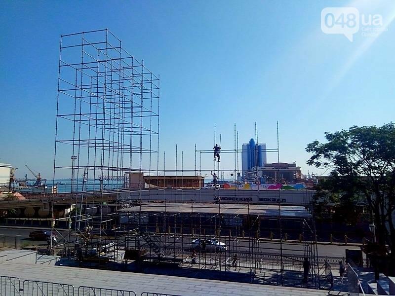 На Потемкинской лестнице строят сцену для киноконцерта (ФОТО), фото-1