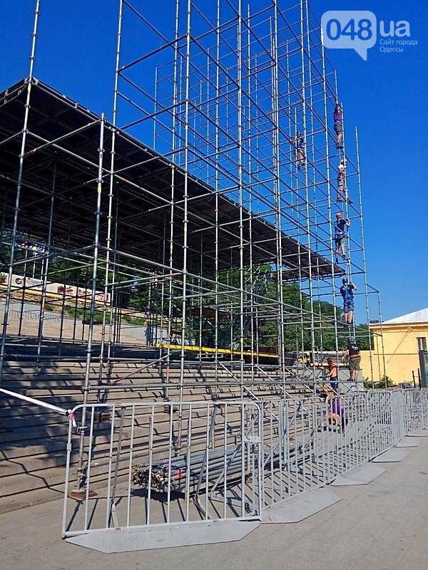 На Потемкинской лестнице строят сцену для киноконцерта (ФОТО), фото-5