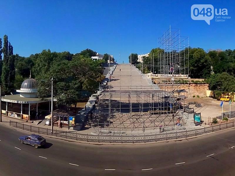 На Потемкинской лестнице строят сцену для киноконцерта (ФОТО), фото-4