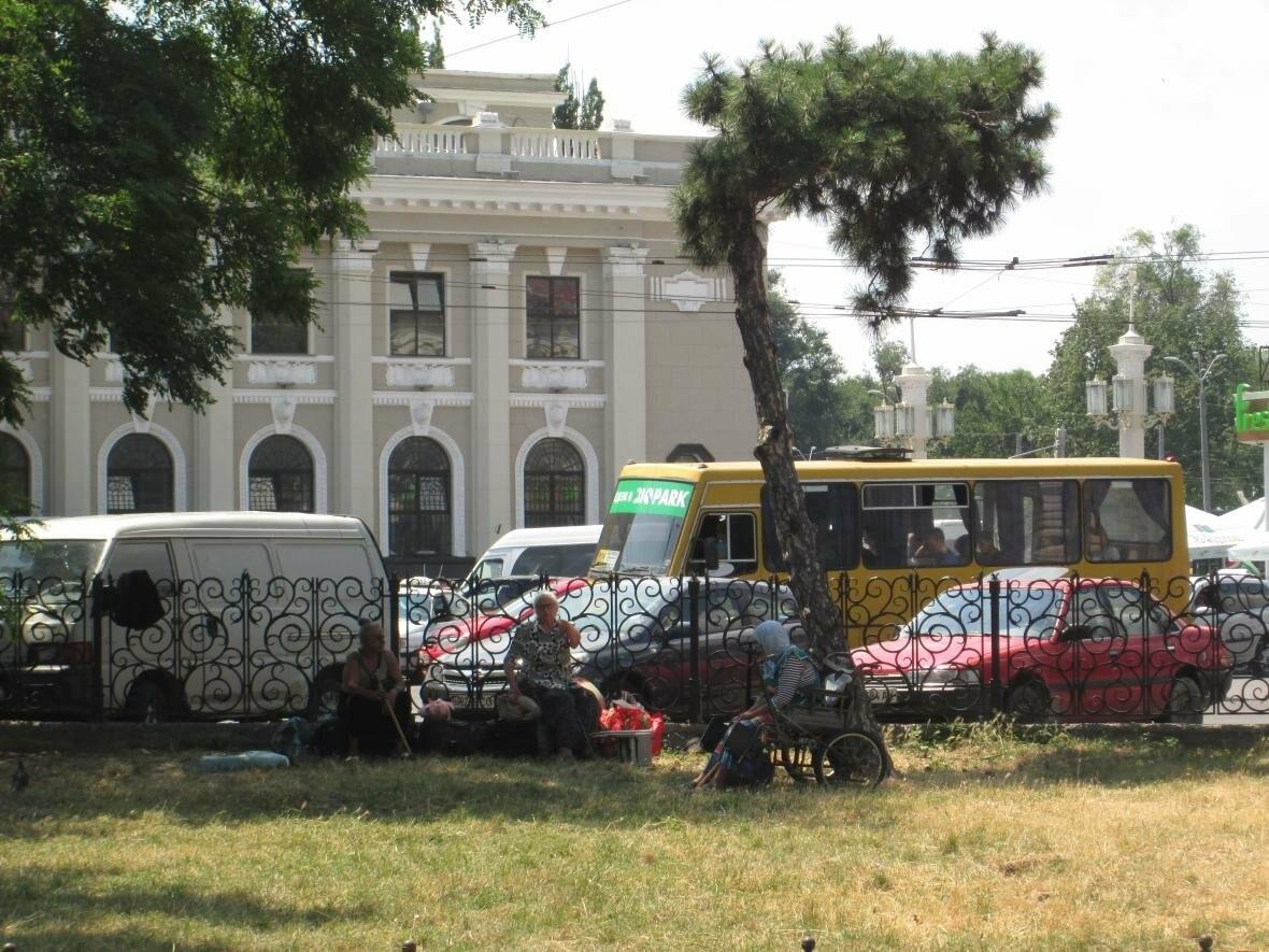 Некогда уютный одесский сквер превратился в свалку с табором (ФОТО), фото-7