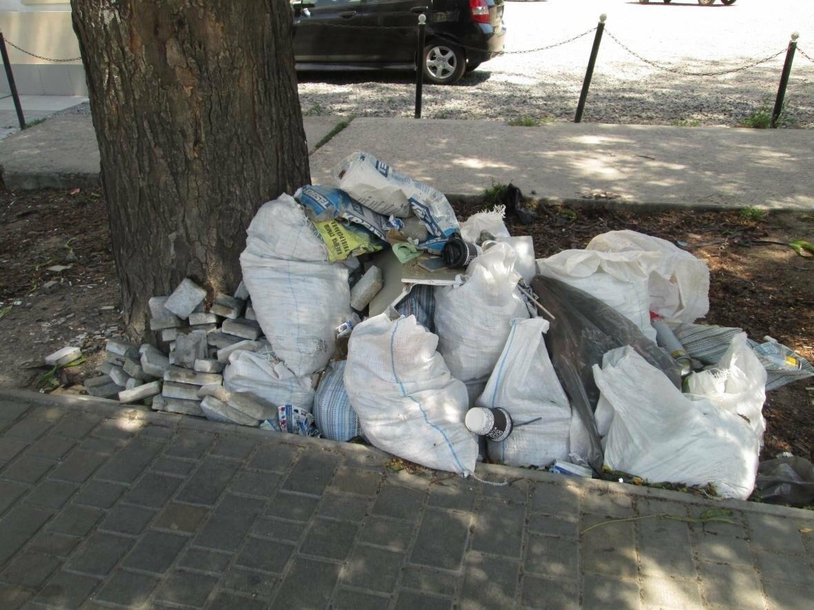 В центре Одессы коммунальщики не замечают свалку строительного мусора (ФОТО), фото-1