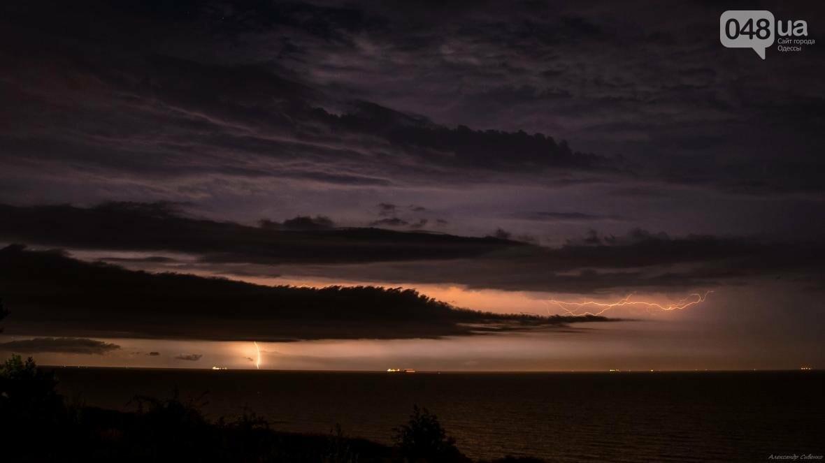 Красота и ужас: Одессит запечатлел ночные молнии в небе над городом (ФОТО), фото-7