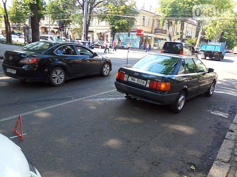 В центре Одессы на ходу задымился автомобиль (ФОТО), фото-2
