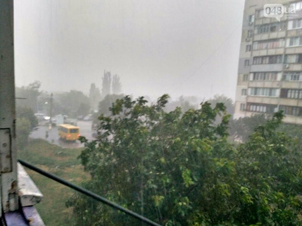 Одессу накрыл ливень: авто поплыли, в многоэтажках не выдержал потолок (ФОТО, ВИДЕО), фото-2