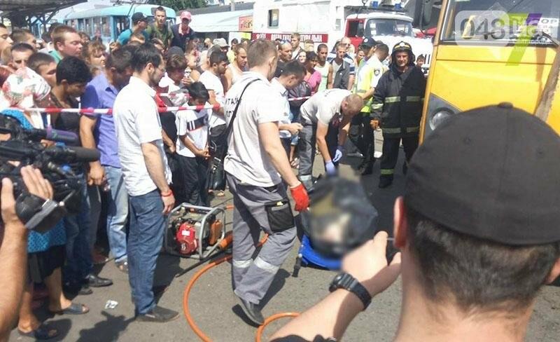 Возле одесского «Привоза» насмерть сбили пешехода: труп извлекали спасатели из-под колес (ФОТО), фото-2