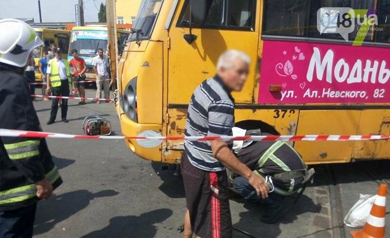 Возле одесского «Привоза» насмерть сбили пешехода: труп извлекали спасатели из-под колес (ФОТО), фото-3