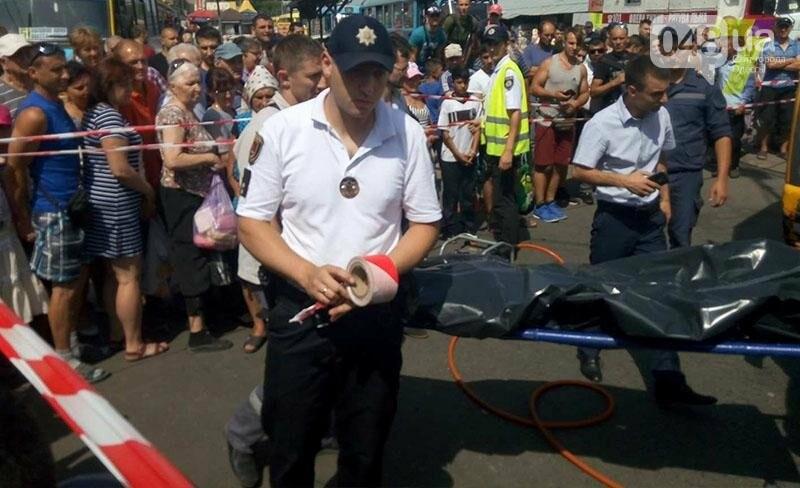 Возле одесского «Привоза» насмерть сбили пешехода: труп извлекали спасатели из-под колес (ФОТО), фото-4