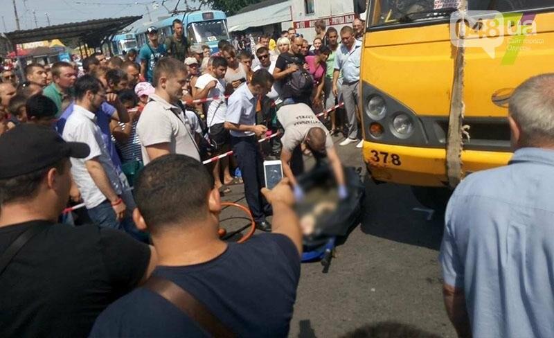 Возле одесского «Привоза» насмерть сбили пешехода: труп извлекали спасатели из-под колес (ФОТО), фото-5