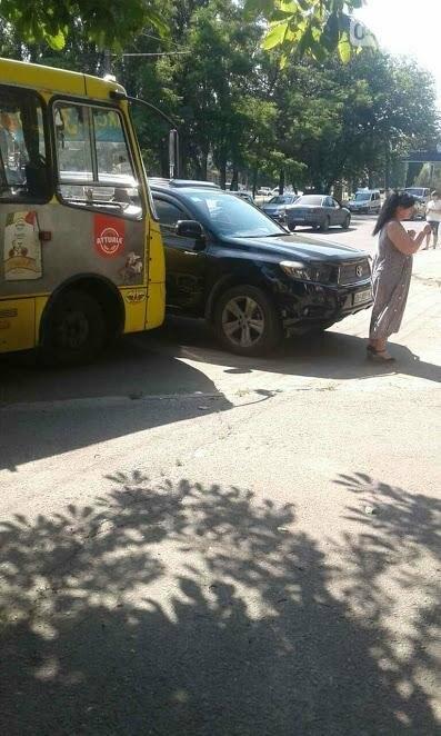 В Одессе на Черемушках женщина на внедорожнике врезалась в маршрутку (ФОТО), фото-2