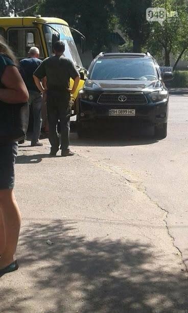 В Одессе на Черемушках женщина на внедорожнике врезалась в маршрутку (ФОТО), фото-1