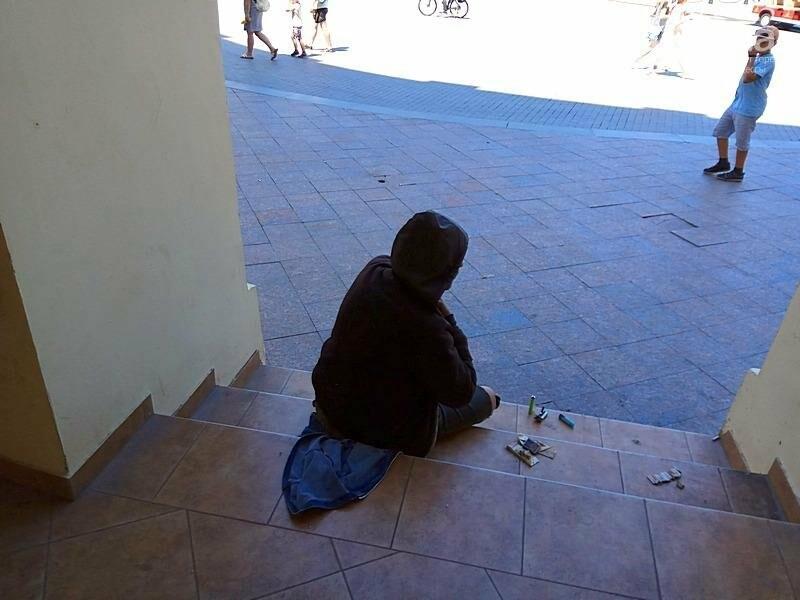 В Одессе возле памятника Дюку поселился бездомный: кошмар (ФОТО, ВИДЕО), фото-3