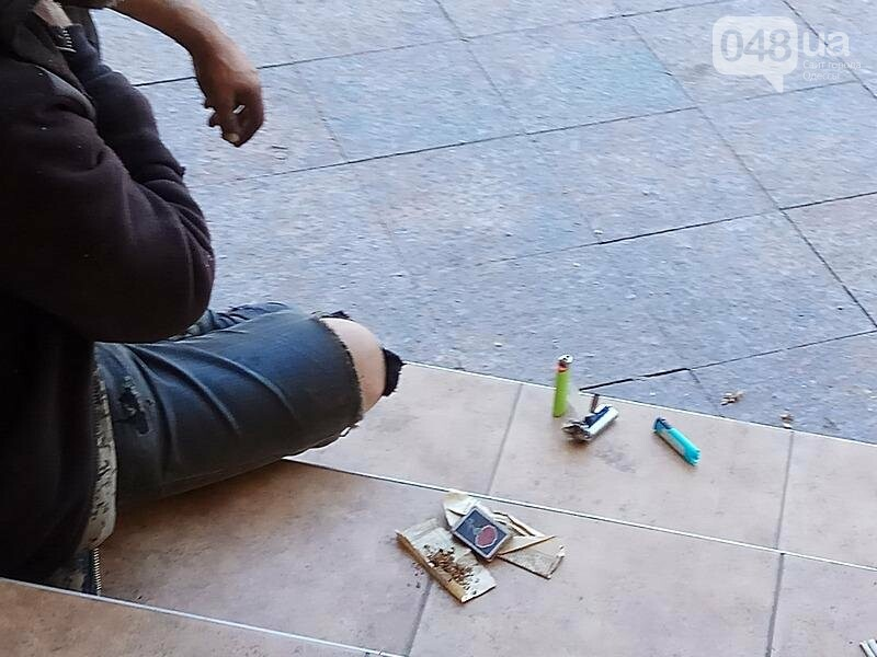 В Одессе возле памятника Дюку поселился бездомный: кошмар (ФОТО, ВИДЕО), фото-5