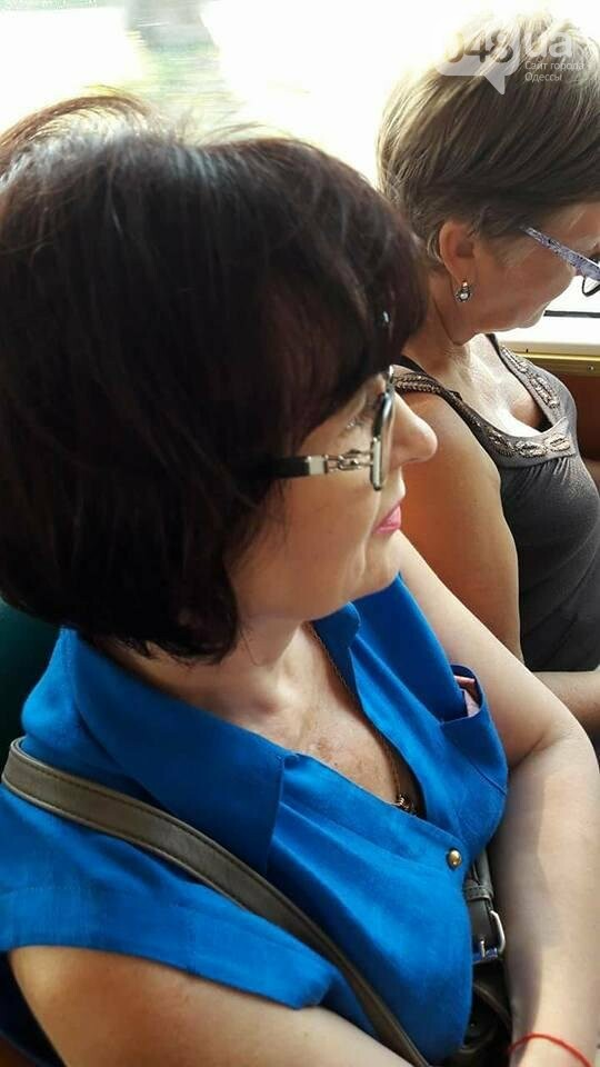 В Одессе неадекватная женщина иголкой прокалывает пассажиров трамвая (ФОТО), фото-3