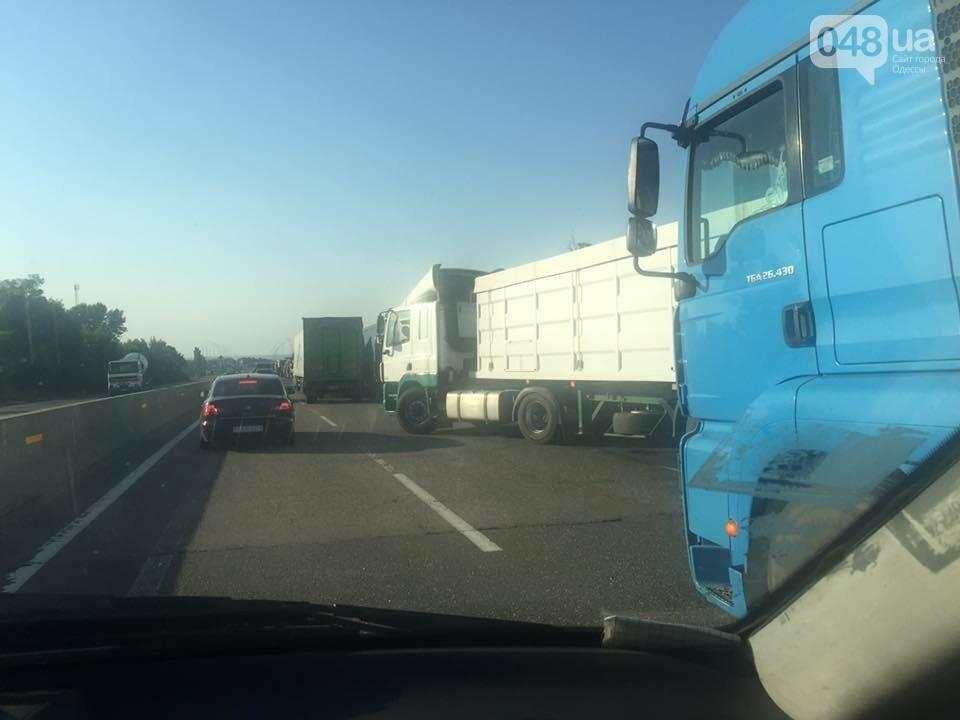 Киевскую трассу под Одессой полностью заблокировали стоящие фуры (ФОТО), фото-1