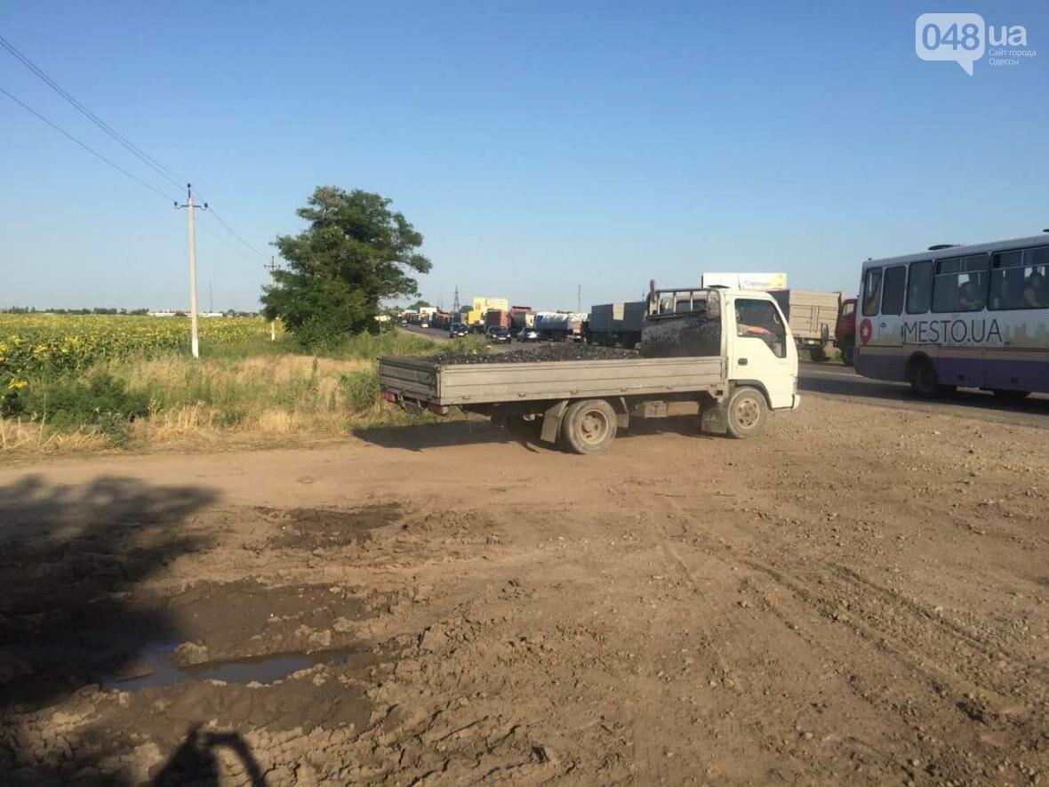 Из-за километров стоящих фур одесситы въезжают в город по полям (ФОТО), фото-2