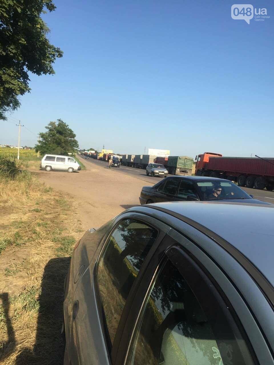 Из-за километров стоящих фур одесситы въезжают в город по полям (ФОТО), фото-7