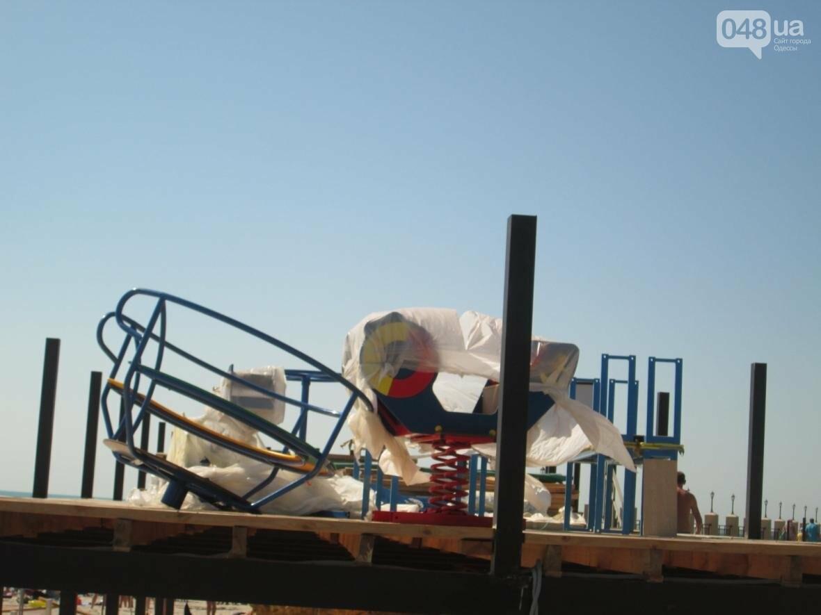 Бесплатные шезлонги и шумная стройка: Одесский пляж огорчил и удивил (ФОТО), фото-1