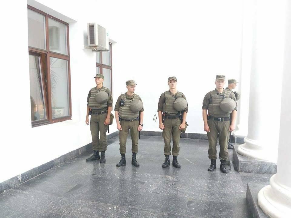 Магия от Найема: Со входов в одесскую мэрию исчезли титушки и частные охранники (ФОТО), фото-1