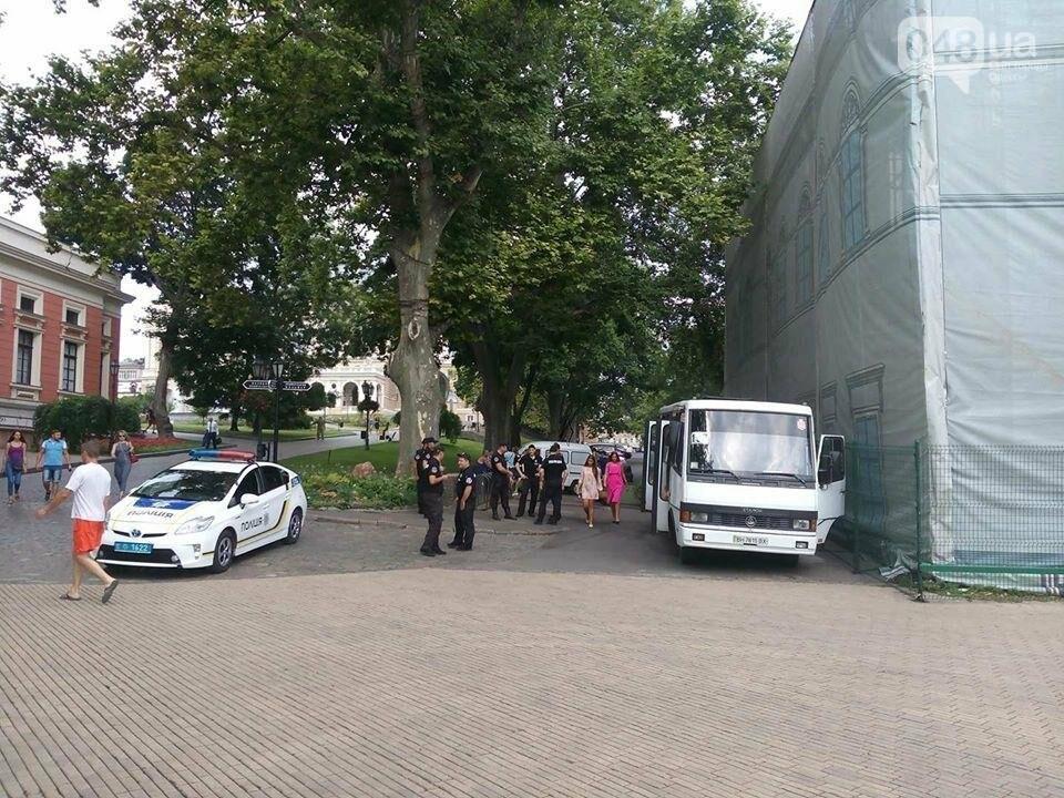 Магия от Найема: Со входов в одесскую мэрию исчезли титушки и частные охранники (ФОТО), фото-2