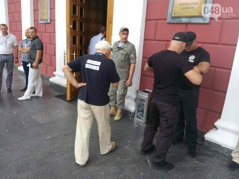 Магия от Найема: Со входов в одесскую мэрию исчезли титушки и частные охранники (ФОТО), фото-3