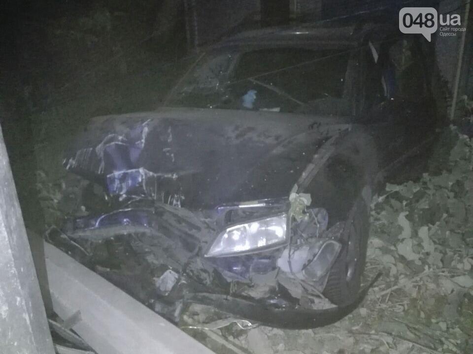 Ночью в Одессе автомобиль протаранил столб, а также пострадал мотоциклист (ФОТО), фото-1