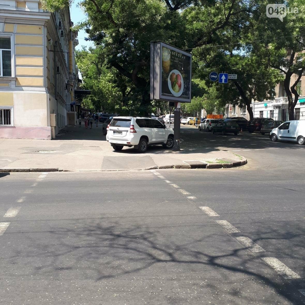 В центре Одессы рекламный щит победил светофор (ФОТО), фото-1