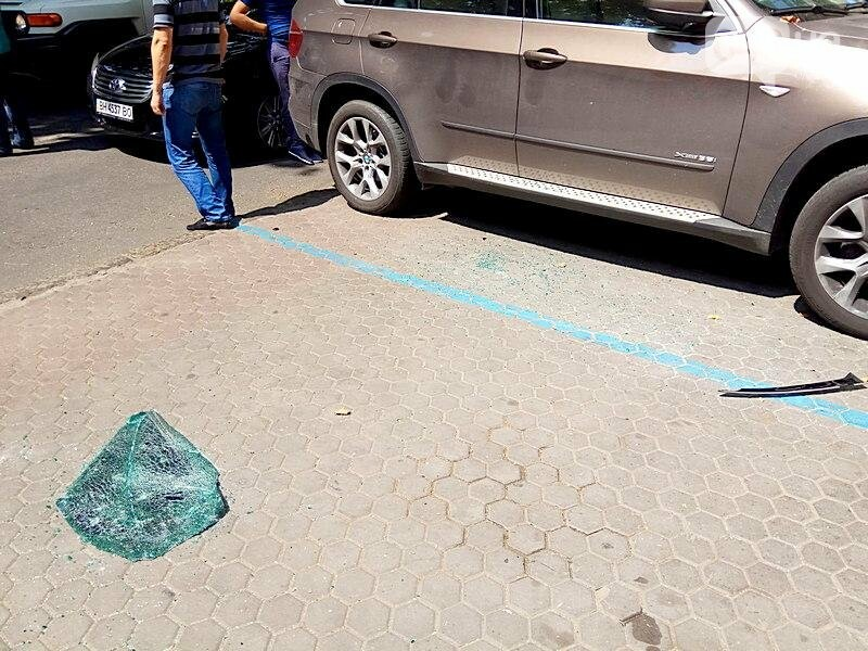 Разбой в центре Одессы: полиция изъяла улики, в банке боятся журналистов (ВИДЕО), фото-2