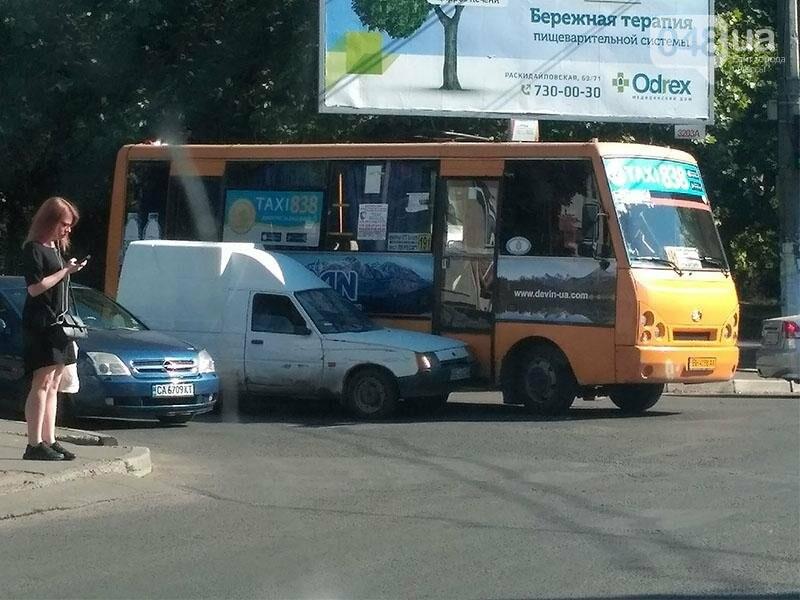 В Одессе водитель маршрутки забыл правила и врезался в авто (ФОТО), фото-1