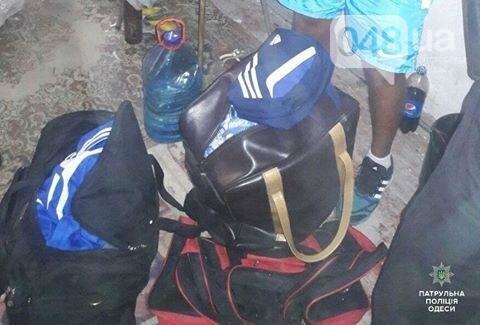 В центре Одессы бомжи разбили окно и украли вещи из машины (ФОТО), фото-1