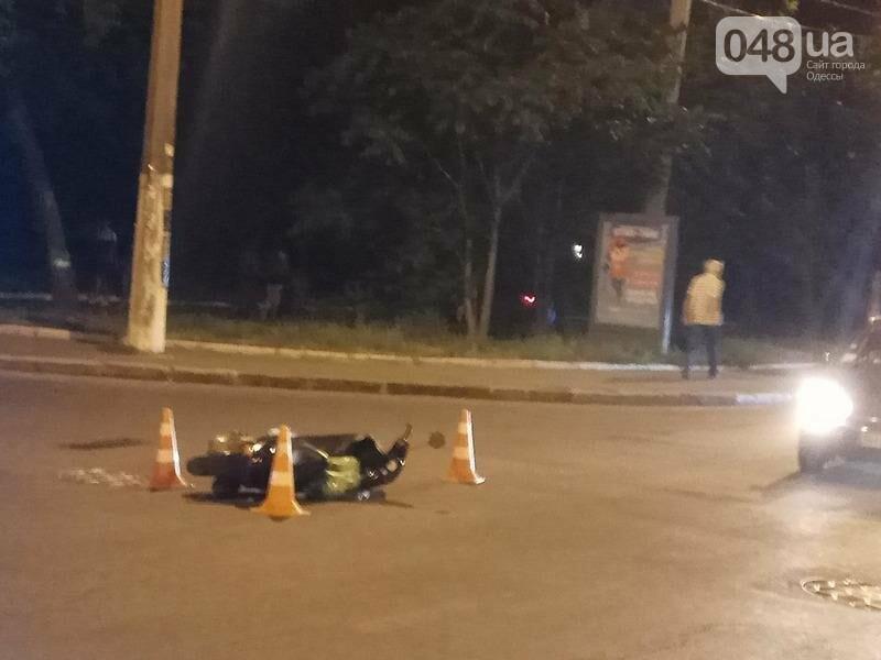 Сегодня вечером в одесской Аркадии в аварии пострадал мопедист (ФОТО), фото-1