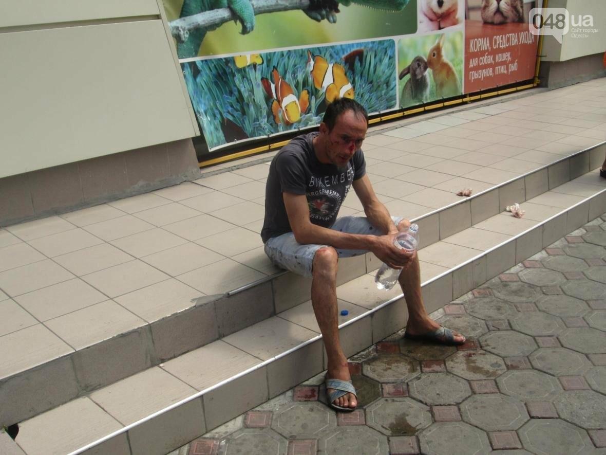 Кровавое месиво на «Привозе»: В Одессе пятеро избили одного (ФОТО), фото-3